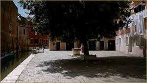 Le Campo et le rio de le Gorne et son puits en pierre d'Istrie datant du XIVe siècle, dans le Sestier du Castello à Venise.