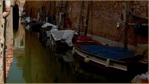 Reflets sur le rio de le Gorne, dans le Sestier du Castello à Venise.