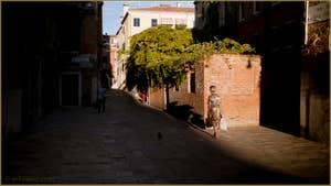 Rio Terà Barba Frutariol, dans le Sestier du Cannaregio à Venise.