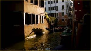 Gondole sur le rio Sant'Andrea già Gozzi o dei Sartori, dans le Sestier du Cannaregio à Venise.