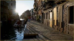 Soleil couchant sur le pont et la Fondamenta dei Mori, dans le Sestier du Cannaregio à Venise.