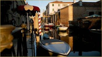 Soleil couchant sur le rio et la Fondamenta de la Sensa, dans le Sestier du Cannaregio à Venise.