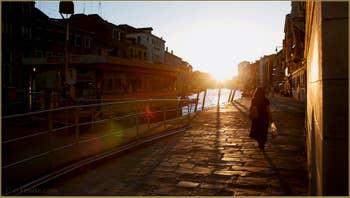 Soleil couchant sur la Fondamenta de Cannaregio à Venise.