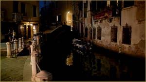Venise la nuit : Le pont Sant'Antonio, le campo et le rio de la Madalena, dans le Sestier du Cannaregio à Venise.