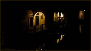 La nuit à Venise : le Sotoportego de le Colonete, le long du rio de la Madalena, dans le Sestier du Cannaregio à Venise.