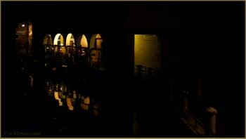 La nuit à Venise : le Sotoportego de le Colonete, le long du rio de la Maddalena, dans le Sestier du Cannaregio à Venise.