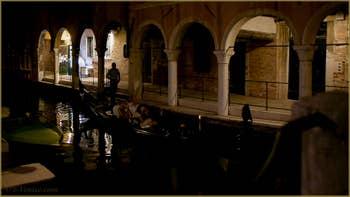 La nuit à Venise : le Sotoportego del Tagiapiera, le long du rio de San Felice, dans le Sestier du Cannaregio à Venise.