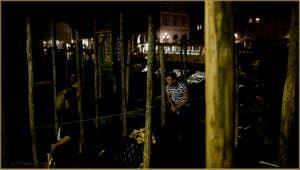 Venise la nuit : Le Tragheto de Santa Sofia, sur le Grand Canal, dans le Sestier du Cannaregio à Venise.