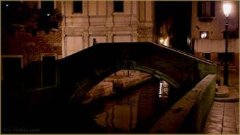 La nuit à Venise : Le pont de Santa Maria Nova et l'église Santa Maria dei Miracoli, dans le Sestier du Cannaregio à Venise.