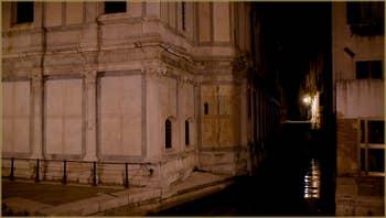 La nuit à Venise : l'église Santa Maria dei Miracoli, dans le Sestier du Cannaregio à Venise.