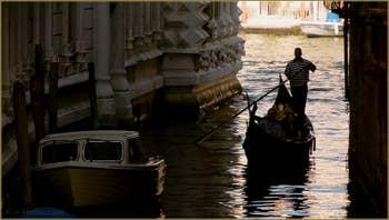 Gondole sur le rio delle due Torri - Santa Maria Mater Domini, à gauche, les sculptures de la façade de la Ca' Pesaro, dans le Sestier de Santa Croce à Venise.