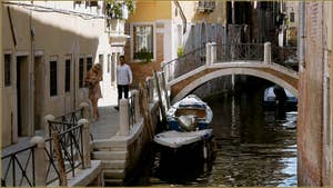 La Fondamenta Pesaro et le pont del Forno sur le rio della Pergola, dans le Sestier de Santa Croce à Venise.