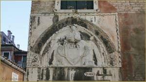 Au niveau du pont del Forner, la porte d'entrée du palazzo Agnusdio (ou Agnus Dei) datant du XIVe siècle, dans le Sestier de Santa Croce à Venise.