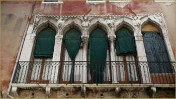 Les 4 évangélistes, sur la façade du palazzo Agnusdio (ou Agnus Dei) datant du XIVe siècle, dans le Sestier de Santa Croce à Venise.