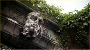 Tête protectrice sur la porte d'entrée d'un jardin calle Tron, dans le Sestier de Santa Croce à Venise.