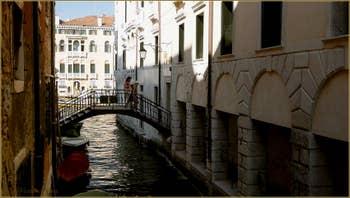 Le pont Giovanelli, sur le rio de San Stae Mocenigo, dans le Sestier de Santa Croce à Venise.