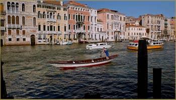 Sandolo sur le Grand Canal à Venise.
