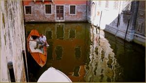 Reflets sous le pont del Colombo, dans le Sestier de Santa Croce à Venise.