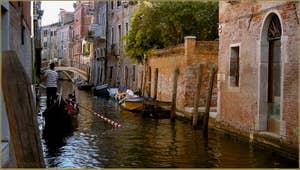 Gondole sur le rio de San Zan Degola, dans le Sestier de Santa Croce à Venise.