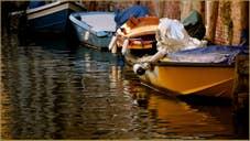 Reflets sur le rio de San Zan Degola, dans le Sestier de Santa Croce à Venise.