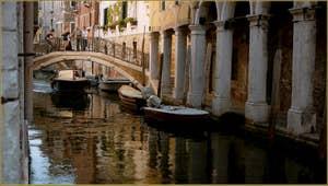 Le Sotoportego de le Colone et le pont del Savio, le long du rio de San Zan Degola, dans le Sestier de Santa Croce à Venise.