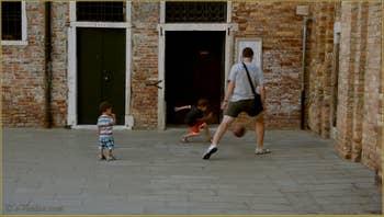 Foot avec papa au pied du Campanile de San Giacomo da l'Orio, dans le Sestier de Santa Croce à Venise.