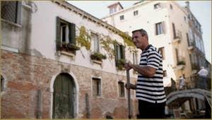 Gondolier sur le rio de San Zan Degola, dans le Sestier de Santa Croce à Venise.