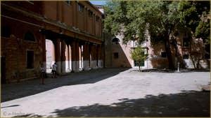 Le campo de la Confraternita, avec au fond le palazzo de la Nunziatura où se trouve le commissariat du Commissaire Brunetti dans la série télévisée consacrée aux romans de Donna Leon, dans le Sestier du Castello à Venise.