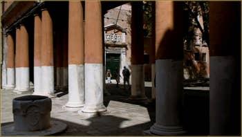 Le Campiello de la Chiesa, avec au fond le palazzo de la Nunziatura où se trouve le commissariat du Commissaire Brunetti dans la série télévisée consacrée aux romans de Donna Leon, dans le Sestier du Castello à Venise
