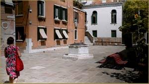 Le Campo Santa Ternita et son puits datant de 1526, dans le Sestier du Castello à Venise.