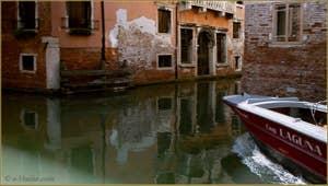 Reflets à l'angle des rii de le Gorne et dei Scudi Santa Ternita, dans le Sestier du Castello à Venise.
