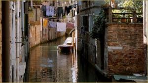 Reflets sur le rio dei Scudi Santa Ternita, vu depuis le pont de la Scoazzera, dans le Sestier du Castello à Venise.