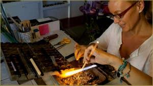 Le Maître Verrier Alessandra Padoan en train de réaliser une bague en verre de Murano