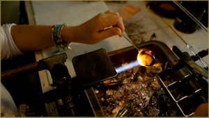 Le Maître Verrier Alessandra Padoan en train de réaliser une bague en verre de Murano.