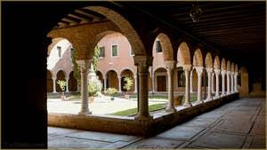 Le grand cloître, dit de la grotte (qui se trouvait en son centre) construit au XVe siècle, de l'église San Francesco de la Vigna, dans le Sestier du Castello à Venise.