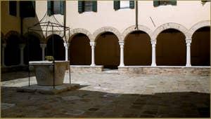 Le petit cloître et son puits, de l'église San Francesco de la Vigna, dans le Sestier du Castello à Venise.