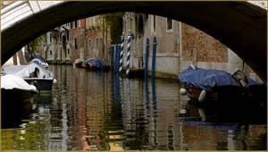 Le rio San Stin, sous le pont du même nom, dans le Sestier de San Polo à Venise.