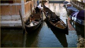 Gondoles sur le rio dei Frari, dans le Sestier de San Polo à Venise.