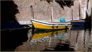 Reflets sur le rio San Giacomo da l'Orio, frontière entre les sestieri de Santa Croce et de San Polo à Venise.