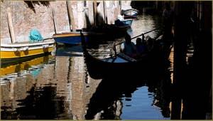 Gondole et reflets sur le rio San Giacomo da l'Orio, frontière entre les sestieri de Santa Croce et de San Polo à Venise.
