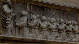Les confrères de la Scuola Grande San Giovanni Evangelista, agenouillés devant leur Saint Patron, détail d'un haut relief datant de 1349, sur le Campiello de la Scuola o San Zuane, dans le Sestier de San Polo à Venise.