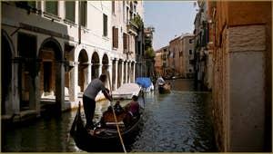 Gondole sur le rio dei Santi Apostoli, dans le Sestier du Cannaregio à Venise.