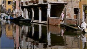 Le Sotoportego de la Guerra, le long du rio Priuli o de Santa Sofia, dans le Sestier du Cannaregio à Venise.