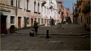 La Ruga Do Pozzi et ses deux puits, dans le Sestier du Cannaregio à Venise.