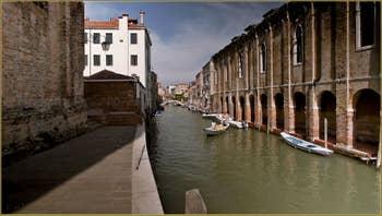 Le rio de la Sensa, avec, sur la droite, le Sotoportego de l'Abazia, dans le Sestier du Cannaregio à Venise.