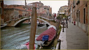 Le pont de la Corte Vechia, sur le rio de la Sensa, dans le Sestier du Cannaregio à Venise.