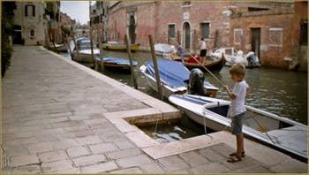 Petit pêcheur vénitien, Fondamenta dei Mori, le long du rio de la Sensa, dans le Sestier du Cannaregio à Venise.