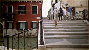 Le pont dei Mori sur le rio de la Sensa, dans le Sestier du Cannaregio à Venise.