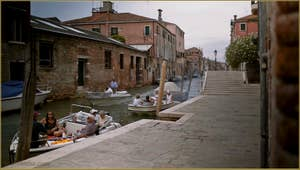 La Fondamenta dei Mori, le long du rio de la Sensa, au fond le pont Brazzo, dans le Sestier du Cannaregio à Venise.