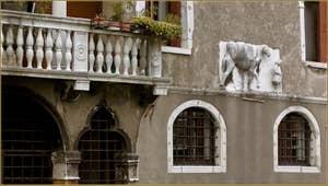 Le chameau des Frères Mastelli, sur leur palais, le long du rio de la Madona de l'Orto, dans le Sestier du Cannaregio à Venise.